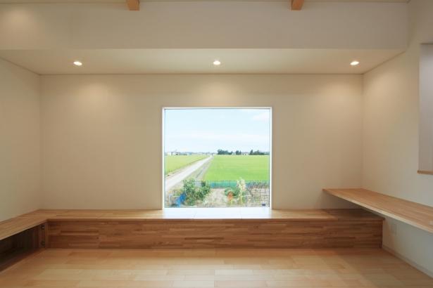 北側の窓/1.5mの正方形の窓の向こうに、田園風景が広がっている。