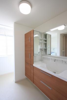 洗面脱衣室/十分な広さの洗面脱衣室。奥には南側のサンルームがある。