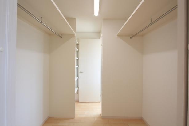 ウォークインクローゼット/サンルームと寝室をつなぐ位置にあり、着替えや洗濯の作業がスムーズ。