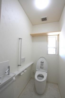 トイレ/清潔感のある白で統一