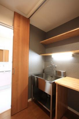 シンク/水槽お手入れ用の作業スペース。折れ戸で隠すこともできる
