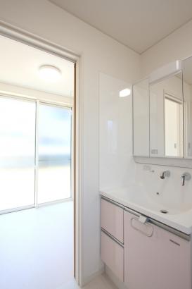 洗面室・サンルーム/南側のサンルームで洗濯物がよく乾く