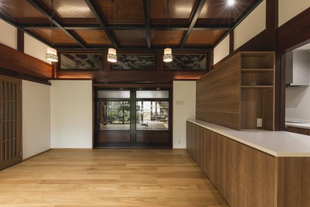 DK/既存の天井や欄間を残したリノベらしい雰囲気
