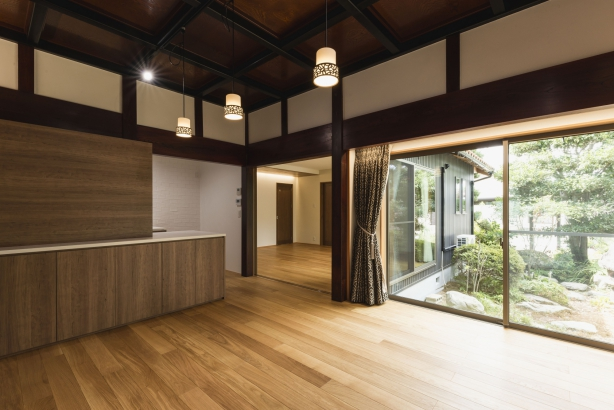 DK/地袋を無くし、床からの窓にすることで庭への広がりが変化