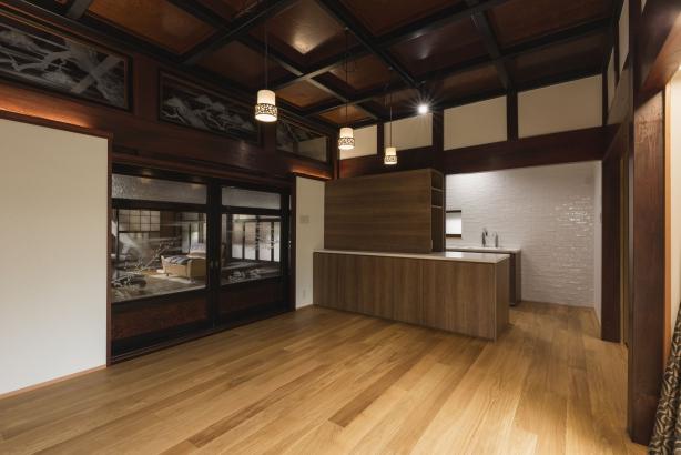 DK/セミクローズドキッチンで生活感を軽減し、格天井の雰囲気を活かす