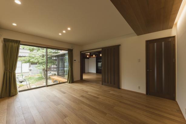 リビング/間接照明や、板張りの天井で上質な空間を演出