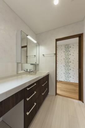 洗面脱衣室/広々とした洗面で身支度に便利。奥にはサンルームがある。