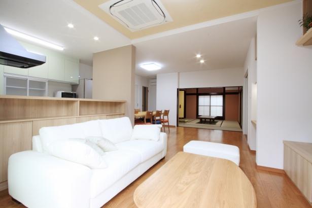 親世帯LDK/南側の窓から自然光が注ぐ。8畳の和室とは一体的に利用でき、多くの客人を招くことができる。