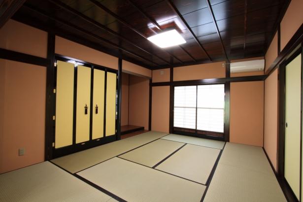 和室/木に漆を塗り、品の良い和室に設えている。