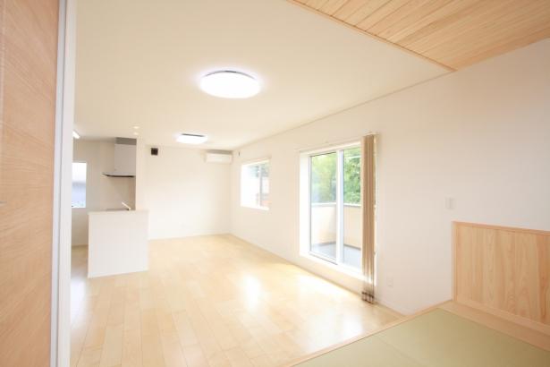 子世帯LDK/東側の窓から借景の緑が見え明るく開放的で、3畳の畳コーナーやベランダで家族が自由に過ごすことができる。