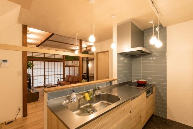 キッチン/水がかかる部分はキッチンパネルではなくタイルを貼り、可愛く仕上げている
