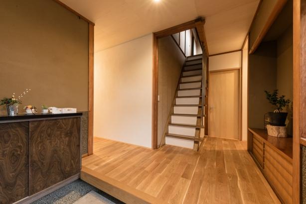 玄関/既存の塗り壁や下駄箱と新しい仕上げが混在し、リノベーションらしい雰囲気になっている
