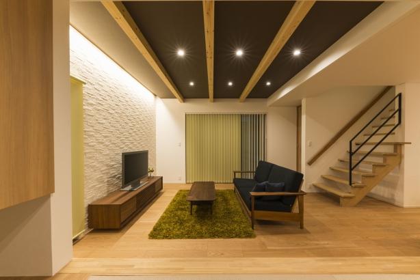 LDK/リビングの壁にはエコカラット、天井は一段上げて化粧梁を出して雰囲気を変えている