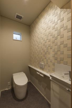 トイレ/壁の一部にタイルを貼って、ラグジュアリーな雰囲気を演出