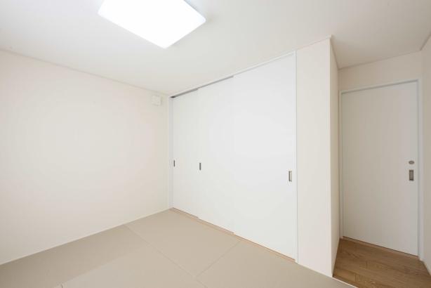 寝室/縁なし、正方形の畳でスッキリしたイメージで、複数で雑魚寝もできる