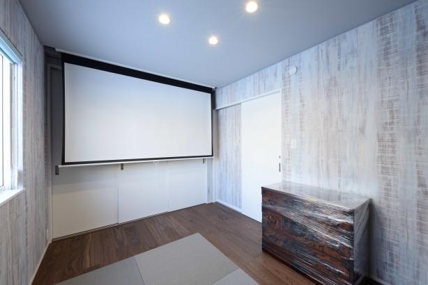 洋室/水色でさわやかなイメージ。広々とした造作のテーブルで仕事がはかどる