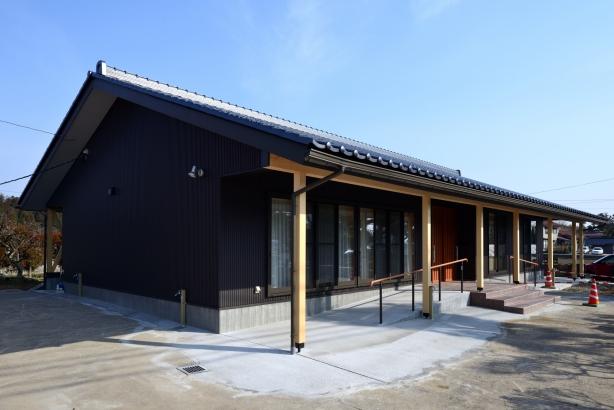 外観/深く、低い軒、切妻の大屋根でシンプルな佇まい