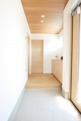 玄関/ポーチと玄関は板張りの天井で デザインを統一。