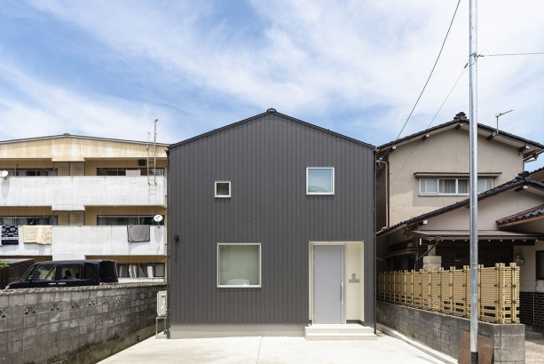 外観/窮屈な住宅地の小さな敷地で、建物をなるべく大きくつくりつつ、近隣への落雪へ配慮するため、軒の無い形にしている