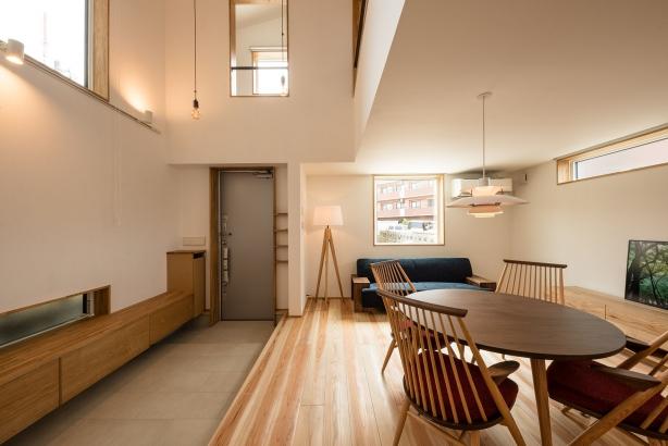 玄関/玄関ホールも廊下も無く、直接LDKとつながっている。広々とした土間はLDKと一体的に利用できる