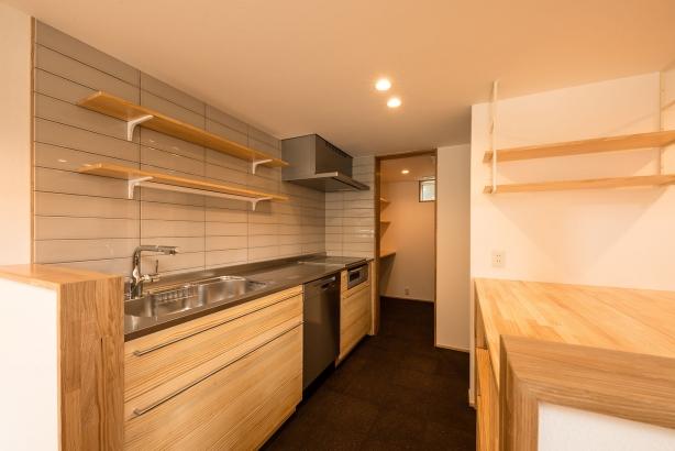 キッチン/自然素材の内装に合わせて、無垢材を使ったシステムキッチンであるウッドワンのスイージーを採用