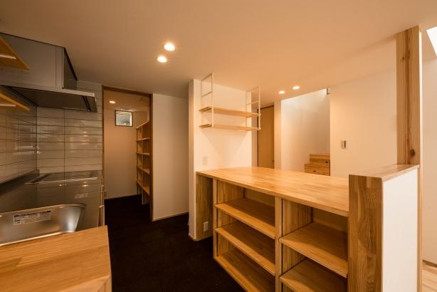 キッチン/背面収納は扉の無い造作の棚で、既製品よりもコストを抑えている