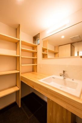 洗面脱衣室/温もりのある木の質感を活かした造作の洗面と棚