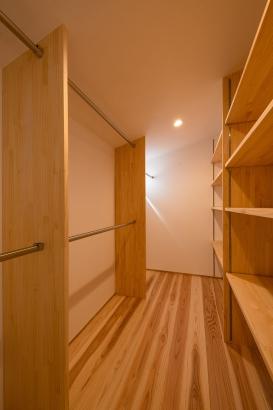 クローゼット/3帖の空間に2段のパイプと可動棚で収納力は抜群