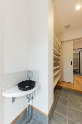 玄関/スッキリとした雰囲気にさりげない玄関手洗がマッチした玄関