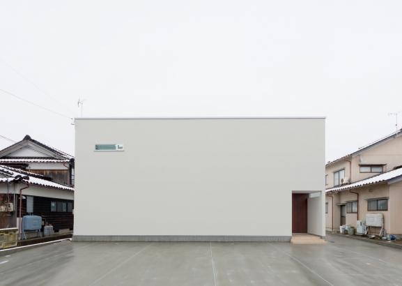 しっかり室内に光が入れば、通りから見る家の外観はシンプルでいい