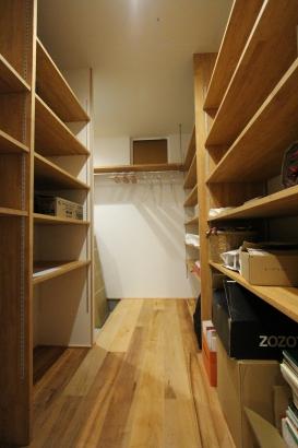 玄関横の収納スペース。キッチンとも近く、パントリーと兼ねて。
