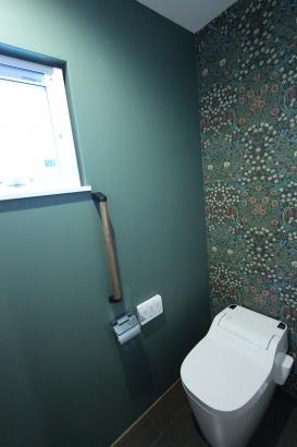 トイレの壁紙は奥様のこだわり。