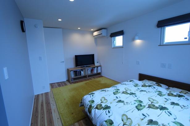 寝室。あったかい杉の床。