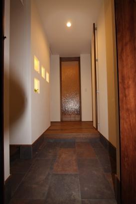 玄関はすっきりと。横は収納スペース。