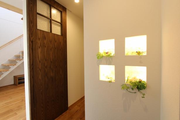 玄関飾り棚と、リビングドア。
