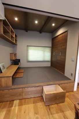 小上がり和室。引き出しは、雑多な物がしまえて便利。