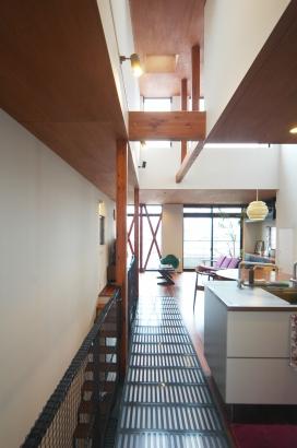 光や視線が家の隅々まで広がる高天井