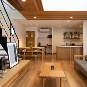 木のぬくもり溢れる吹き抜けのあるモデルハウス。オープン階段や大きな窓に加え、無垢材の板張り天井など、開放感のある明るい室内をご体感頂けます。