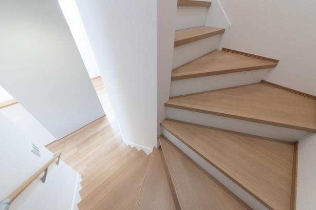 ちょっと幅広で上り下りしやすい階段