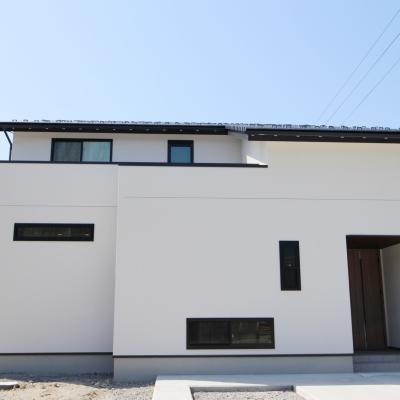 真っ白な外壁が特徴的な 自然素材のお家 / サワダ
