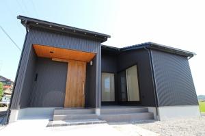 平屋 光と風、自然を体感できる自然素材の家 / サワダ