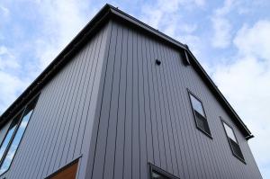吹き抜から空を望む 光に満ちた自然素材の家 / サワダ