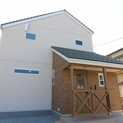 真っ白な漆喰壁に無垢材が調和 北欧スタイルのお家 / サワダ
