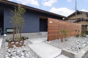 【インナーガレージ】広いプライベートガーデンを楽しめる平屋の家 / サワダ