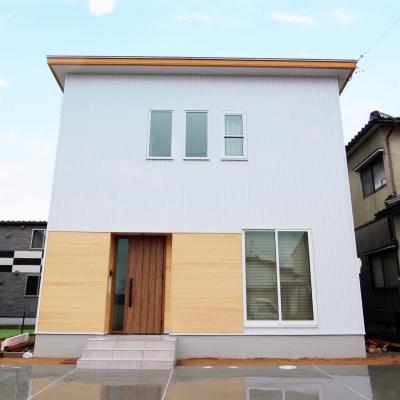 スッキリシンプルな ガルバ×ヒノキの白いお家 / サワダ