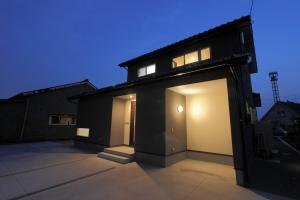 開放的なリビングと一体化した中庭のある家