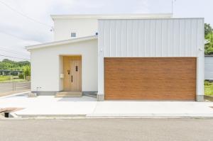 木と白が融合したガレージハウス