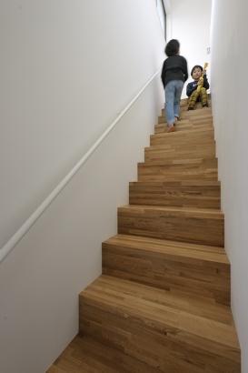 踏み板と蹴込みの材質をそろえ、すっきりとした階段に。