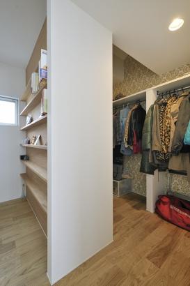 寝室に隣接したウォークインクローゼット。外側の壁面に本棚を設置した。