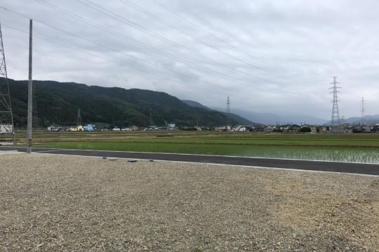 道路側は、田んぼで視界が抜けます。